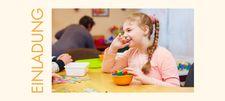 Mädchen sitzt am Tisch und spielt