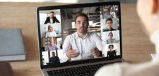 Foto von aufgeschlagenem Laptop Teilnehmer sind sichtbar auf dem Bildschirm