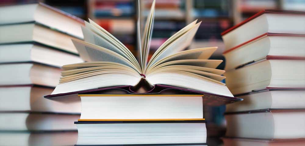 Foto zeigt einen Stapel mit Büchern