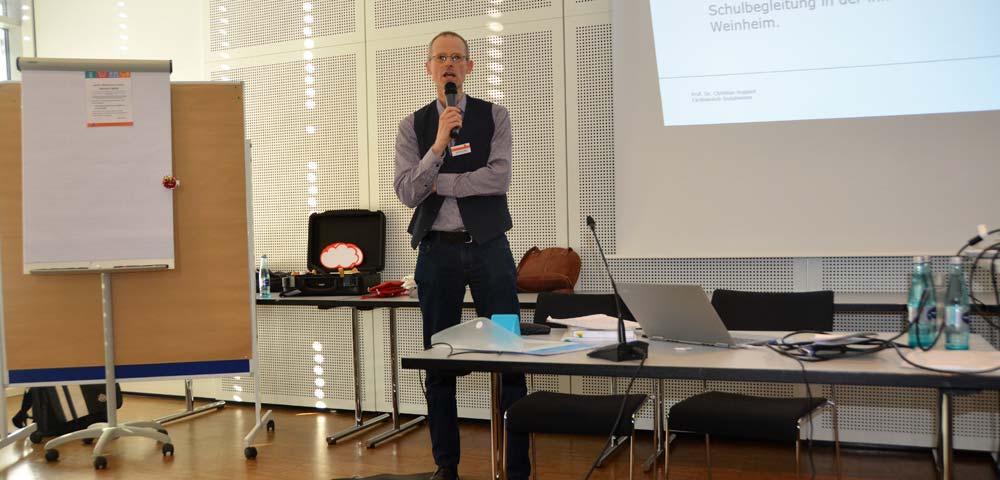 Foto Markus Schneider spricht zum Publikum