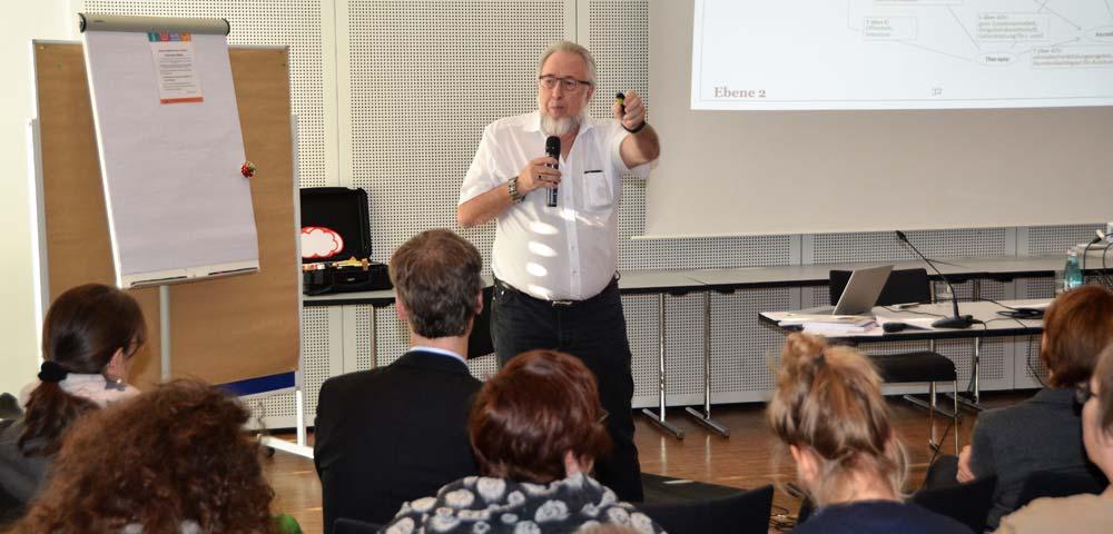 Foto Prof. Dr. Peter Rödler spricht zum Publikum